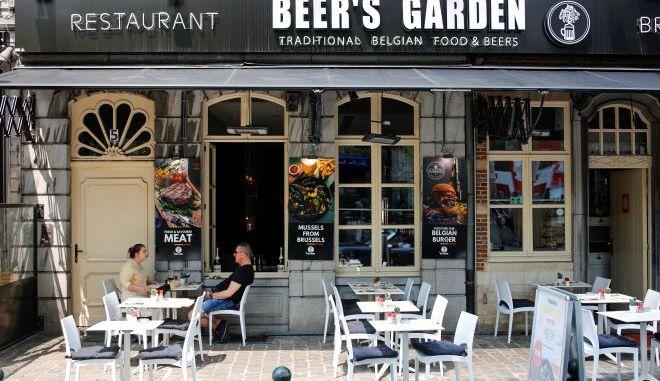 Άνθρωποι κάθονται σε εστιατόριο στο κέντρο των Βρυξελλών.