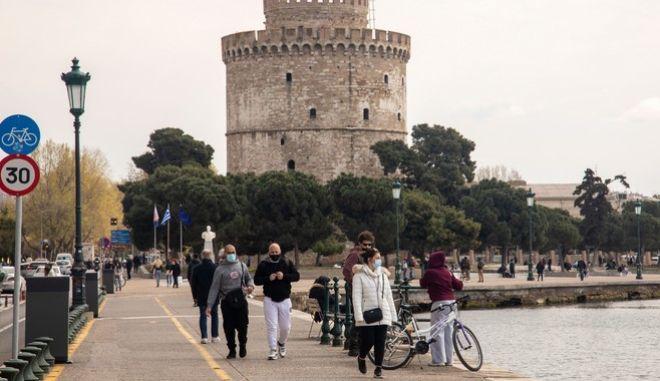 Άνθρωποι με μάσκα στη Θεσσαλονίκη
