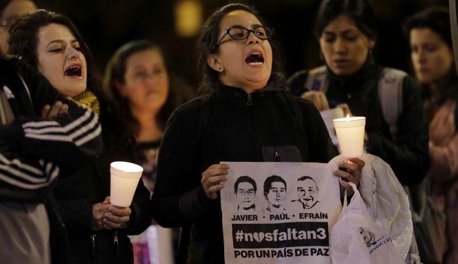 Συγγενείς και φίλοι των τριών δημοσιογράφων που απήχθησαν και βρέθηκαν νεκροί