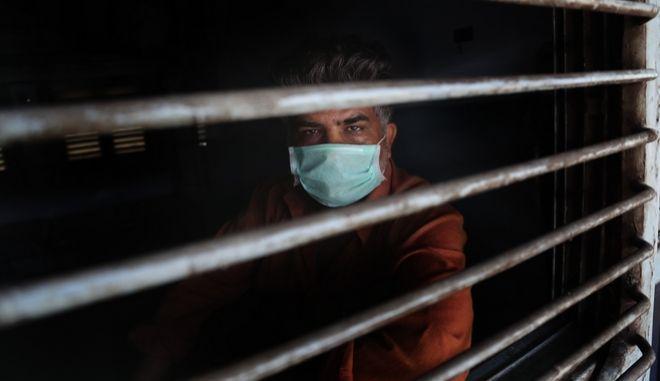 Ινδός πολίτης με μάσκα σε τρένο
