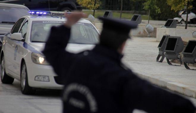 Τροχονόμος δίνει σήμα για να κινηθεί περιπολικό της αστυνομίας, στην Αθήνα,  την Πέμπτη 10 Δεκεμβρίου 2015. (EUROKINISSI/ΓΙΩΡΓΟΣ ΚΟΝΤΑΡΙΝΗΣ)