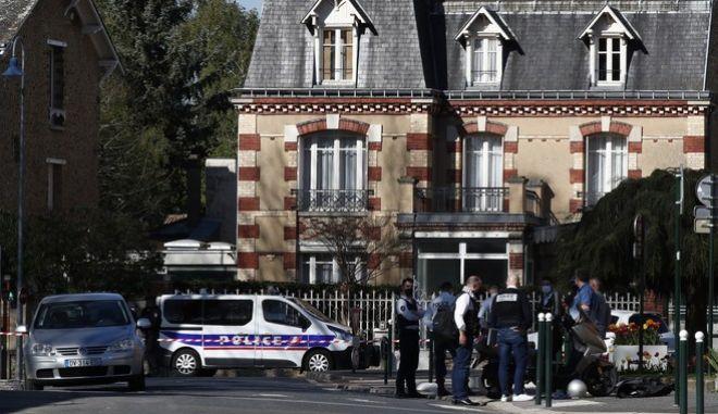 Αστυνομικοί έξω από το Τμήμα στο Ραμπουγιέ, όπου δολοφονήθηκε συνάδελφός τους