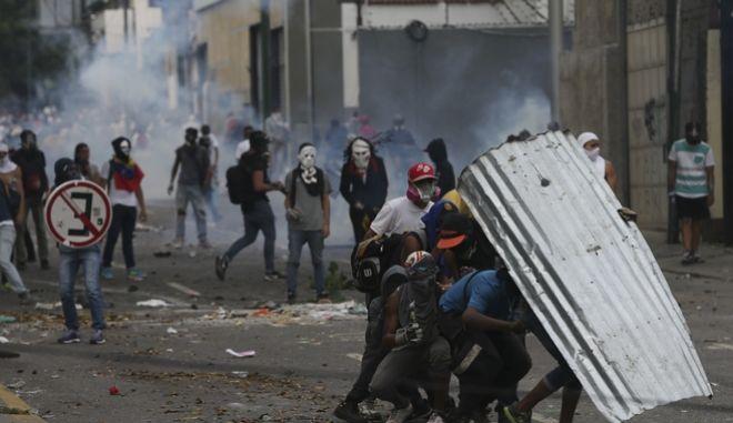 Βενεζουέλα: Χάος και κλίμα εμφυλίου. Τρεις νεκροί σε πορείες