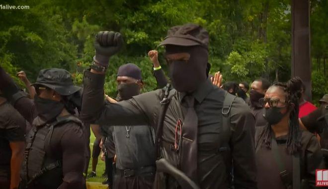 """ΗΠΑ: Ποιοι είναι οι οπλισμένοι """"Μαύροι Πάνθηρες"""" που παρέλασαν στην Atlanta"""