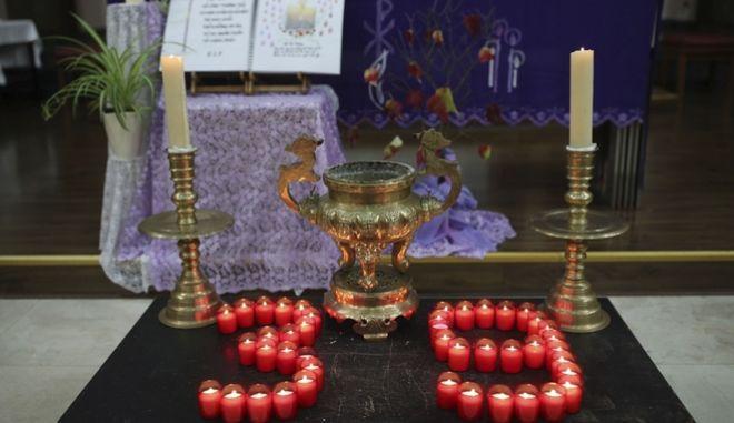 Κεριά στη μνήμη των 39 ανθρώπων που βρήκαν φρικτό θάνατο.