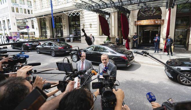 Ο Ενρίκε Μόρα μπροστά στο ξενοδοχείο στη Βιέννη όπου διεξάγονται οι συνομιλίες για τα πυρηνικά του Ιράν