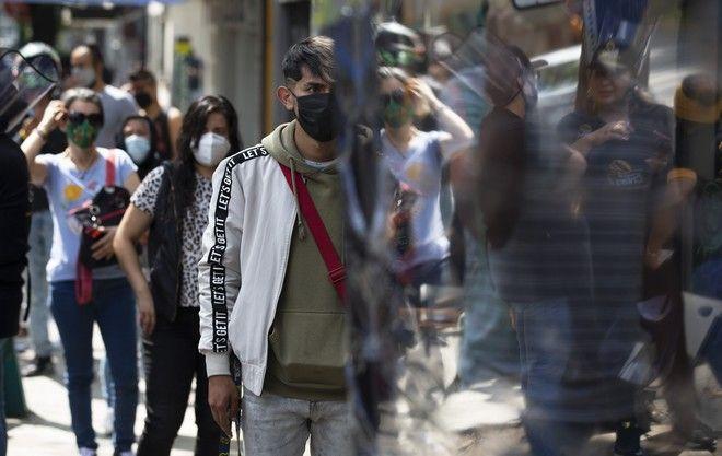 Άνθρωποι με μάσκες προστασίας.