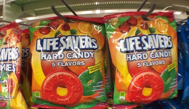 Γλυκά σε ράφια super market (φωτογραφία αρχείου)