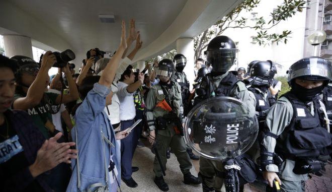 Εξαγριωμένοι κάτοικοι διώχνουον τους αστυνομικούς από τη γειτονιά τους.