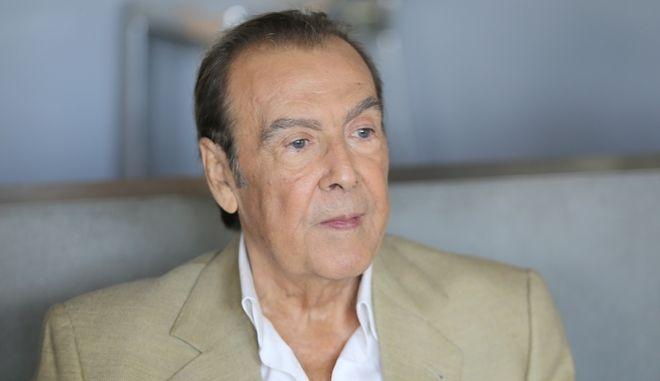 """Τόλης Βοσκόπουλος: Η ελληνική showbiz αποχαιρετά τον """"πρίγκιπα"""" του λαϊκού τραγουδιού"""