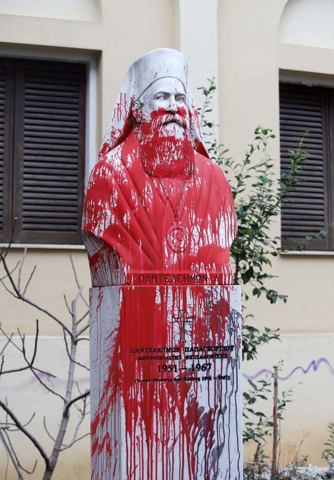 Θεσσαλονίκη: Άγνωστοι πέταξαν μπογιές και τρικάκια στη Μητρόπολη