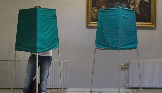 Άνδρας ψηφίζει σε εκλογικό κέντρο στη Σουηδία, Αρχείο