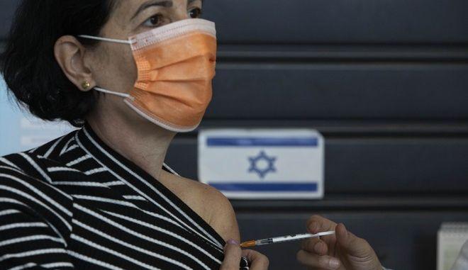 Γυναίκα εμβολιάζεται στο Ισραήλ