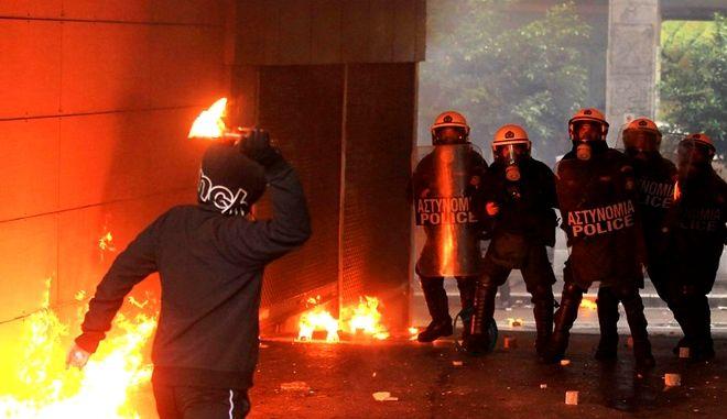 Μολότοφ κατά διμοιρίας των ΜΑΤ έξω από τουρκικό προξενείο