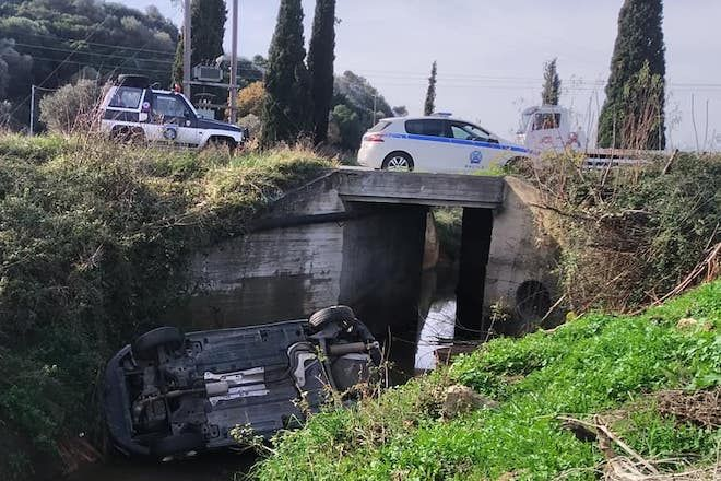 Σοβαρό τροχαίο στην Εύβοια: ΙΧ ανατράπηκε και κατέληξε στο ποτάμι