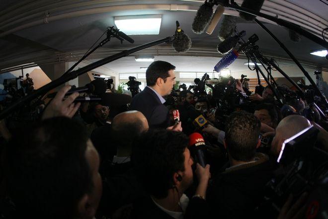 Ο πρόεδρος του ΣΥΡΙΖΑ, Αλέξης Τσίπρας ασκεί το εκλογικό του δικαίωμα σε εκλογικό τμήμα της Κυψέλης, την Κυριακή 25 Ιανουαρίου 2015. (EUROKINISSI/ΤΑΤΙΑΝΑ ΜΠΟΛΑΡΗ)