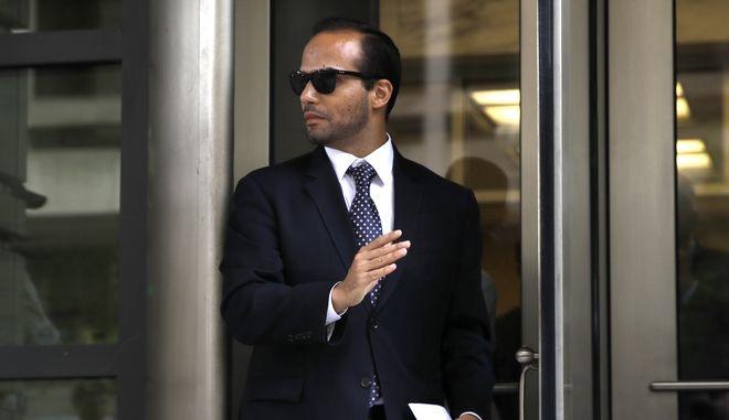 Ο πρώην σύμβουλος του Τραμπ, Τζορτζ Παπαδόπουλος βγαίνει από δικαστήριο στην Ουάσινγκτον