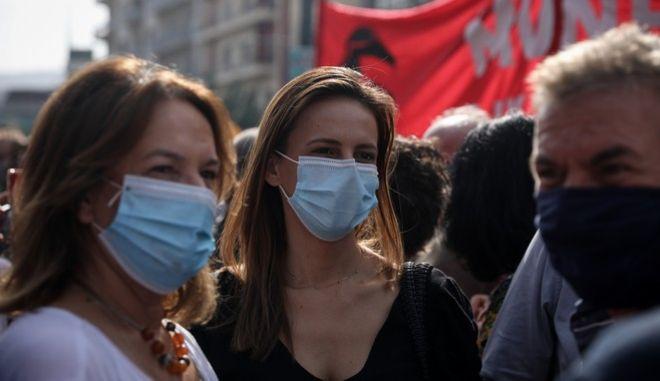 Βουλευτές του ΣΥΡΙΖΑ έξω από το Εφετείο Αθηνών στην αντιφασιστική συγκέντρωση για τη δίκη της ΧΑ