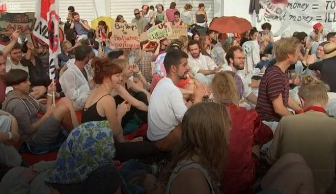 Εικόνα από την παρέμβαση ακτιβιστών για το κλίμα στο φεστιβάλ της Βενετίας