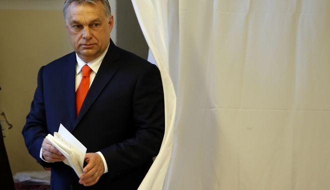 O πρωθυπουργός της Ουγγαρίας, Βίκτωρ Ορμπάν, προσέρχεται στην κάλπη