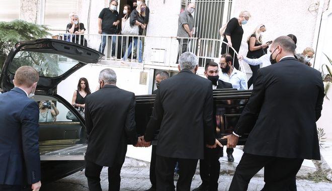 Ο Μίκης Θεοδωράκης φεύγει για τελευταία φορά από το σπίτι του