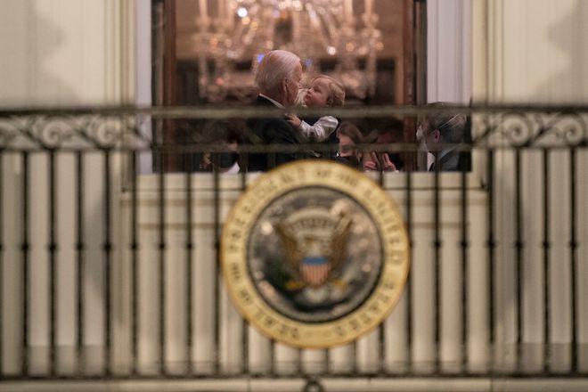 Ο Πρόεδρος Μπάιντεν κρατά τον εγγονό του Beau στον Λευκό Οίκο, 20 Ιανουαρίου 2021