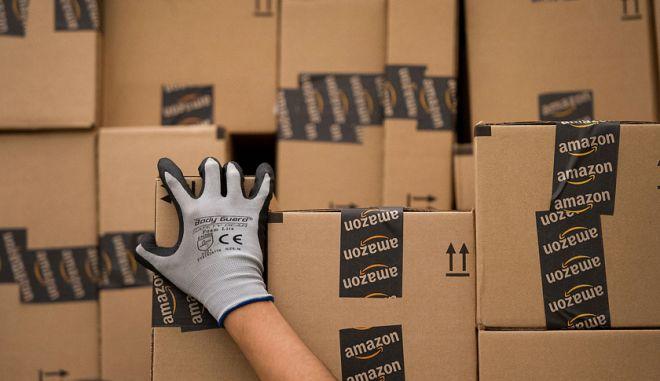 Εργαζόμενος της Amazon φορτώνει δέματα