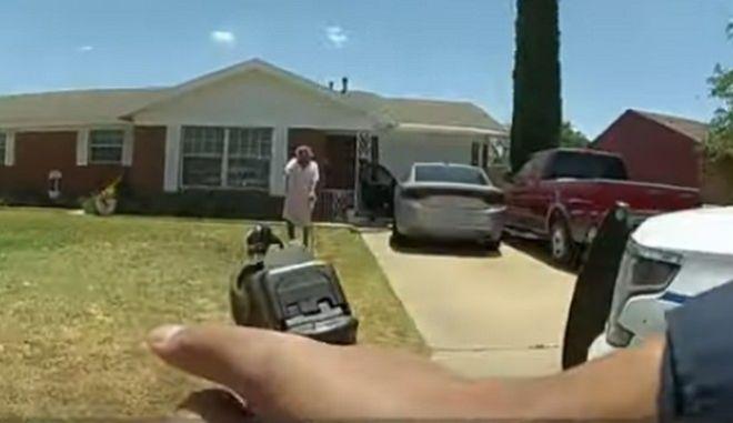 Σύλληψη Αφροαμερικανού: Η 90χρονη γιαγιά του μπήκε μπροστά στα όπλα των αστυνομικών
