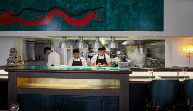 Ο Άντριου Ουόνγκ μαγειρεύει με τους συνεργάτες του