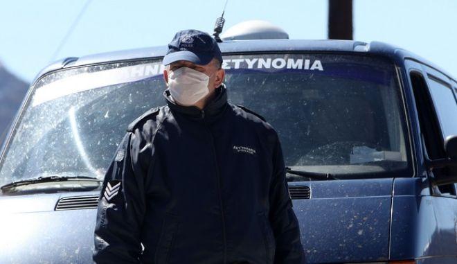 Αστυνομικός με μάσκα ελέω κορονοϊού