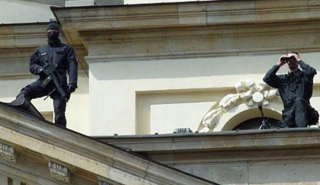 Ελεύθεροι σκοπευτές στις ταράτσες της Βουλής για την παρέλαση