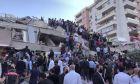 Επιχείρηση διάσωσης στα συντρίμμια στην Σμύρνη μετά τον ισχυρό σεισμό
