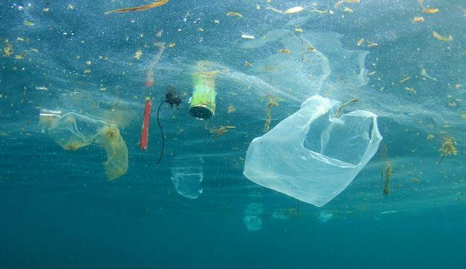 Ο Καναδάς απαγορεύει τις πλαστικές σακούλες, τα καλαμάκια και τα μαχαιροπήρουνα