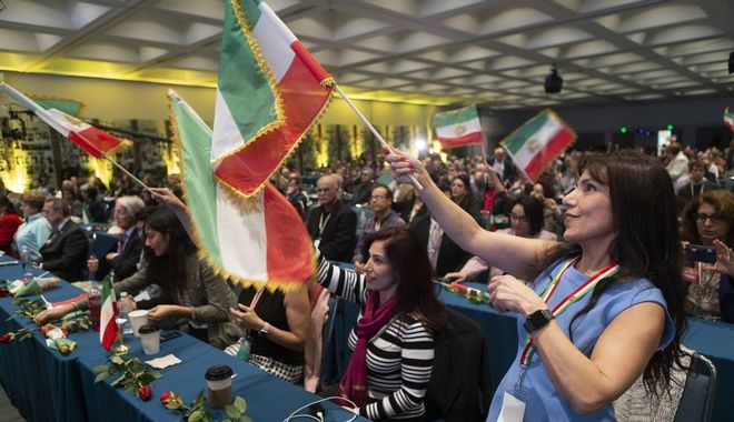 Ιρναο-αμερικανοί κυματίζουν σημαίες του Ιράν