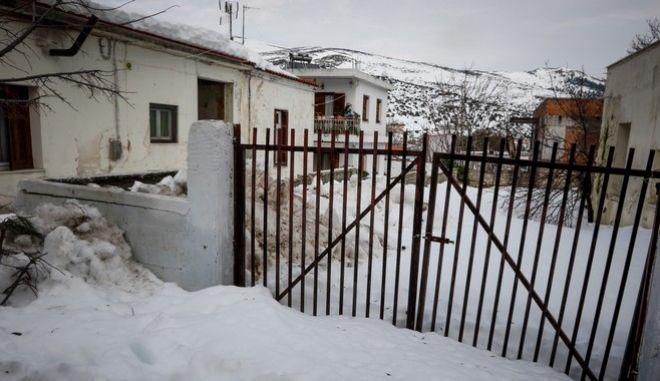 Στα Βίλια Αττικής το χιόνι έφτασε το μισό μέτρο