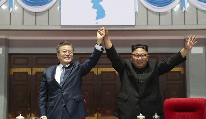 Οι ηγέτες Βορείου και Νοτίου Κορέας σε κοινή τους εμφάνιση μετά τους αγώνες που παρακολούθησαν μαζί αγώνες, κατά τη διάρκεια της συνόδου για την Κορέα στην Πιονγιάγνκ στις 19 Σεπτεμβρίου 2018