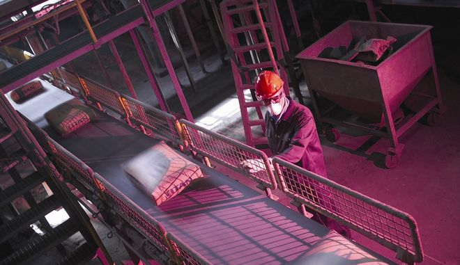 Φόρτωση ενσακκισμένου φαιού τσιμέντου, εργοστάσιο Καμαρίου της ΤΙΤΑΝ, Ελλάδα