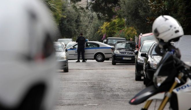 Επιχείρηση της  Ελληνικής Αστυνομίας σε σπίτι που βρίσκεται στην οδό Ξάνθου στο Ελληνικό το Σάββατο 28 Οκτωβρίου 2017.  Νωρίτερα, το πρωί η Αντιτρομοκρατική συνέλαβε 29χρονο για την υπόθεση της αποστολής τρομοδεμάτων. Αποδέκτης ενός από αυτά ήταν και ο Λουκάς Παπαδήμος ο οποίος τραυματίστηκε μέσα στο αυτοκίνητό του τον περασμένο Μάιο.   (EUROKINISSI/ΣΩΤΗΡΗΣ ΔΗΜΗΤΡΟΠΟΥΛΟΣ)