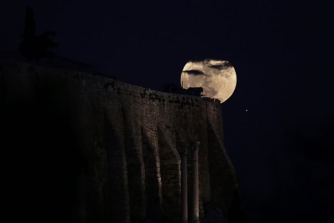 The 'super moon' rises over the Acropolis hill in Athens on December 3, 2017. /  ''       ,  ,  3 , 2017