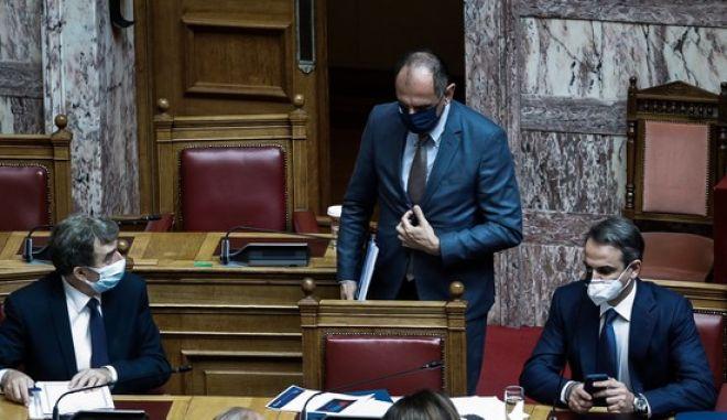 Οι Κυριάκος Μητσοτάκης, Μιχάλης Χρυσοχοΐδης και Γιώργος Γεραπετρίτης στη Βουλή