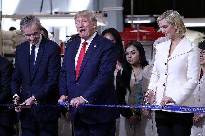 Ο Μπερνάρ Αρνό με τον Αμερικανό πρόεδρο Ντόναλντ Τραμπ και την κόρη του Ιβάνκα στα εγκαίνια εργοστασίου της Louis Vuitton στο Τέξας τον Οκτώβριο του 2019
