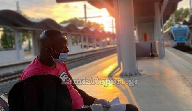 Λαμία - Καταγγελία: Τον πέταξαν έξω από το τρένο γιατί νόμιζαν ότι είχε κορονοϊό