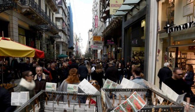Ανοικτά τα εμπορικά καταστήματα σήμερα Κυριακή πρίν τα Χριστούγεννα,στιγμιότυπα από το Σύνταγμα και την οδό Ερμού, Κυριακή 17 Δεκεμβρίου 2017 (EUROKINISSI/ΤΑΤΙΑΝΑ ΜΠΟΛΑΡΗ)