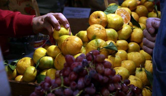 Στιγμιότυπο απο υπαίθρια αγορά φρούτων στο κεντρο της Αθήνας.(EUROKINISSI/ Γιάννης Παναγόπουλος)