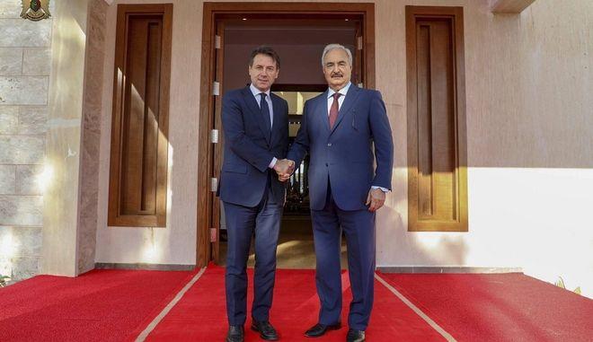 O Χαλίφα Χάφταρ σε παλαιότερη συνάντηση με τον Τζουζέπε Κόντε