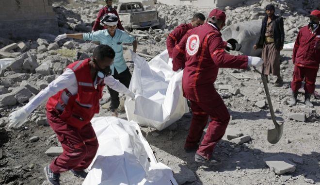 Διασώστες ανασύρουν πτώματα από τις εγκαταστάσεις.