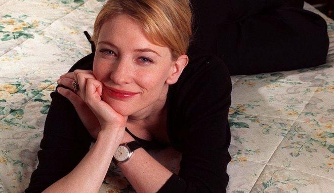 """Η Αυστραλή ηθοποιός ποζάρει σε ξενοδοχείο της Νέας Υόρκης λίγο πριν την πρεμιέρα της ταινίας """"Ελισάβετ"""" όπου πρωταγωνιστεί, 1998"""