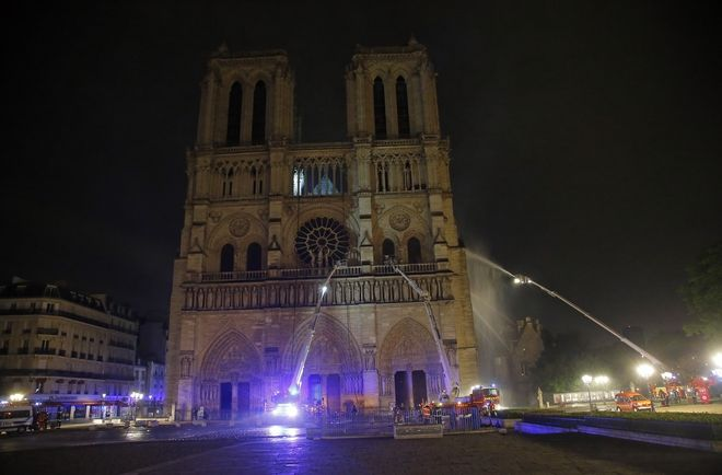 Πυροσβέστες προσπαθούν να σβήσουν τη φωτιά στην Παναγία των Παρισίων