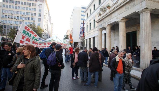 Συγκέντρωση διαμαρτυρίας της ΠΟΕ-ΟΤΑ έξω από το δημαρχείο της Αθήνας, την Τετάρτη 12 Δεκεμβρίου 2012. Οι εργαζόμενοι στους οργανισμούς της Τ.Α. διαμαρτύρονται για την διαθεσιμότητα.  (EUROKINISSI)