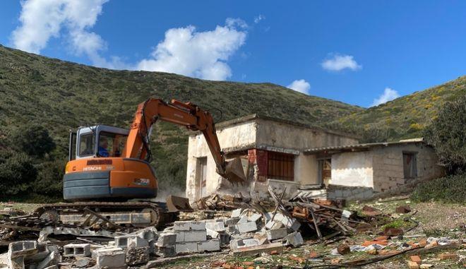 Το ΥΠΕΝ ξεκίνησε την κατεδάφιση αυθαίρετων από τη Μακρόνησο